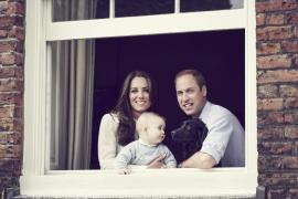 Nueva foto oficial del príncipe Jorge con los duques de Cambridge