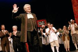 Joan Pons recibe un homenaje en su despedida de los escenarios