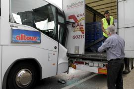 Tres heridos tras colisionar un camión y una autobús en la autopista de Inca