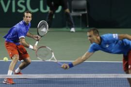 El campeón sella las semifinales, Francia resiste y Suiza, al borde del adiós en la Davis