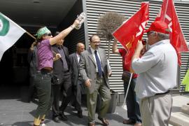 El Govern abre una agencia de colocación laboral en medio de una protesta