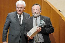 El filólogo Joan Melià, galardonado con el Premi Pompeu Fabra en la Generalitat