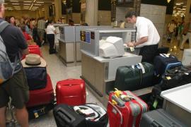 Los trabajadores del servicio de maletas en  Son Sant Joan harán huelga en plena Semana Santa
