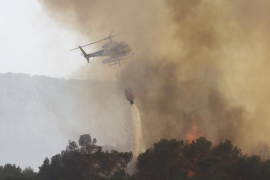 Los medios terrestres trabajarán toda la noche en el incendio de Ibiza