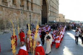 Soleada procesión del Domingo de Ramos hasta la Catedral de Mallorca