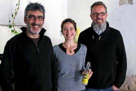 Los responsables de la empresa, Tomeu Riutord, Carme Verdaguer y Chrisoph Hafner, han ideado este refresco natural a partir de l