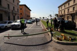 En estado crítico un turista que estrelló su coche contra una farola del Passeig Marítim