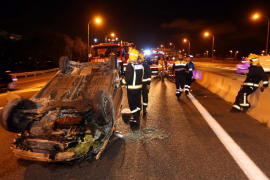 Tres heridos al volcar dos coches en sendos accidentes en Palma y Marratxí