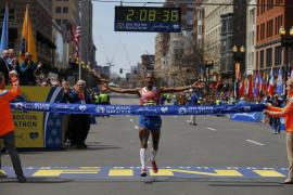 El estadounidense Meb Keflezighi gana el maratón de Boston un año después de los atentados