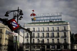 El cartel del Tío Pepe vuelve a la Puerta  del Sol después de tres años retirado