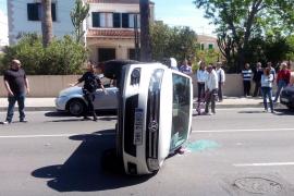Un coche vuelca a la entrada del Camí de sa Vileta
