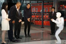 Obama juega al fútbol con un robot japonés en Tokio