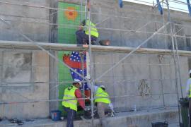 Se instalan las primeras baldosas del mural de Gustavo en Cala Rajada