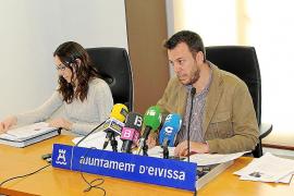 Sandra Romero y Juan Mayans ayer durante la presentación del nuevo pliego de limpieza del municipio.