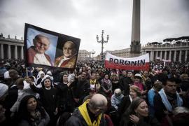 El Papa proclama santos a Juan XXIII y Juan  Pablo II ante un millón de peregrinos