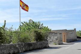 El Consistorio buscará fórmulas para descolgar una bandera franquista