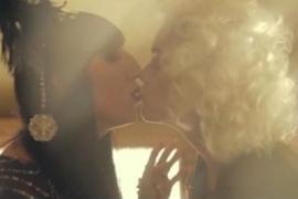 Rossy de Palma besa a Vinila Von Bismark en un videoclip