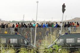 Unos 800 inmigrantes asaltan en masa la valla y 140 logran entrar en Melilla