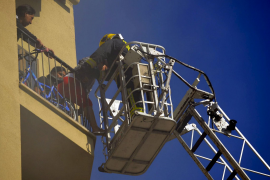 Rescatados unos vecinos de Palma atrapados en un incendio en su edificio