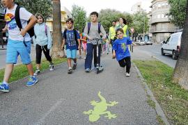 Los escolares estrenan con éxito la primera ruta a pie hasta el colegio