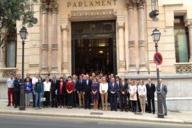 Minuto de silencio en el Parlament por la muerte de Isabel Carrasco