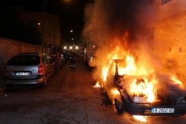 Investigan el 'extraño' incendio de un coche de madrugada en Palma