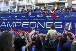 Una multitud de aficionados celebran con el Atlético el título de liga