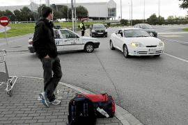 Un centenar de multas por aparcar en salidas y llegadas del aeropuerto