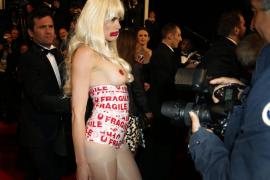 """Una chica en """"topless"""" se cuela en la alfombra roja de Cannes"""