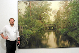 El artista Elger Esser, junto a una de las piezas que componen la exposición 'Nimfees i Ondines', en la Planta Noble del Casal S