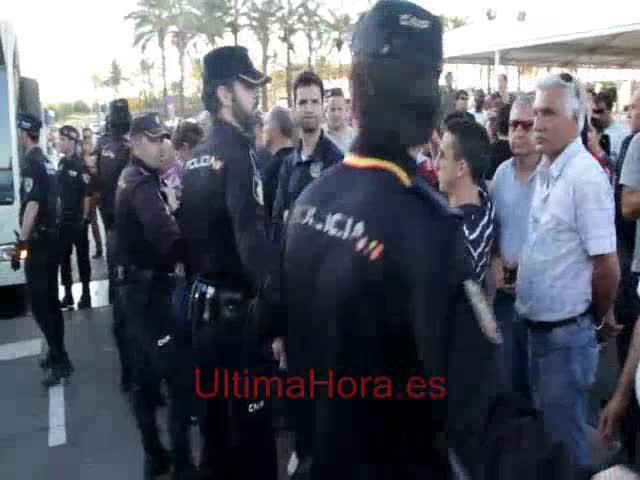 Los taxistas colapsan durante dos horas el aeropuerto en protesta contra la oferta ilegal