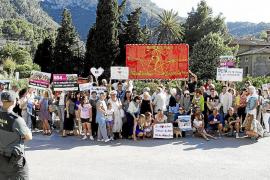 Unas 70 personas se concentran en Deià contra el aparcamiento de Can Vallès