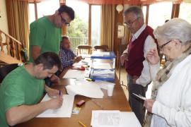 Una señora se niega votar en Sineu porque la mesa viste camisetas verdes