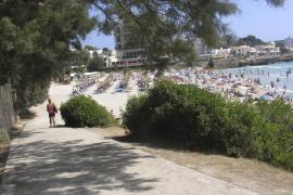 Un vertido de aguas fecales obliga al cierre de la playa de Son Moll a los bañistas