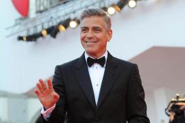 Clooney podría ser multado por no declarar el anillo de compromiso de su novia