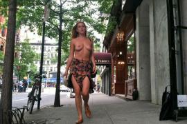 La hija de Bruce Willis protesta en topless contra Instagram