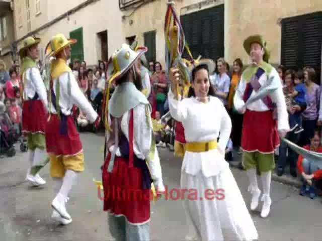 Manacor estalla en fiesta entre colores, danzas y un alegato a la «manacorinitat»