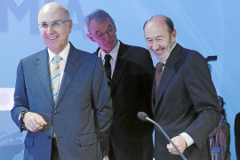 Susana Díaz y los 'barones' alejan la consulta abierta en el PSOE