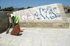 La Policía Local caza al autor de los grafitis en el Baluard del Príncep y Torre d'en Pau