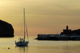velero y puesta de sol en el Port de Sóller