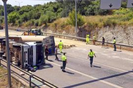 El vuelco de un camión provoca el cierre de la carretera de Alcúdia durante más de tres horas