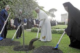Abás y Peres rezan junto al Papa para pedir la paz entre judíos y palestinos