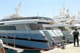 Un operario resulta herido al caer desde el antiguo yate 'Fortuna', en Port Adriano