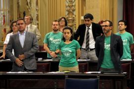 La oposición alza en el Parlament carteles con el lema 'Diálogo ya'