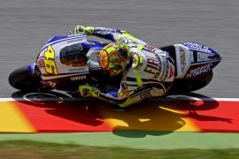 Rossi manda y Lorenzo sigue su estela