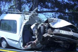 Dos hombres en estado crítico tras chocar su furgoneta contra un árbol en Can Picafort