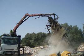 El Consell ya limpia el vertido de residuos en el camino de Sant Jordi