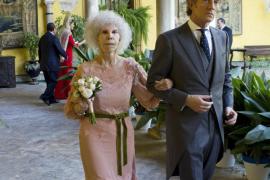 La Duquesa de Alba abandona el hospital Quirón Sagrado Corazón