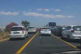 Importantes retenciones en la autopista de Llucmajor por el vuelco de  un camión