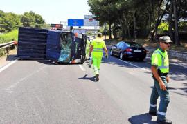 Colas kilométricas al volcar un camión de Emaya en la autopista de Llucmajor